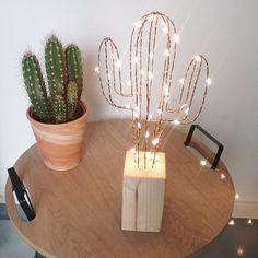 Cactus lumineux en fil de fer et bois naturel