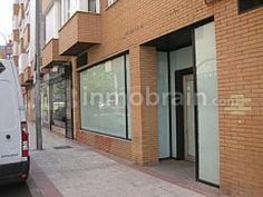Local comercial en la localidad de Alcorcón de 140 m² con 9 metros de fachada. Dispone de sala diáfana, despacho, almacén y 2 aseos.