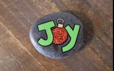 Christmas rock - Hobbies paining body for kids and adult Rock Painting Patterns, Rock Painting Ideas Easy, Rock Painting Designs, Painted Rocks Craft, Hand Painted Rocks, Stone Crafts, Rock Crafts, Pebble Painting, Pebble Art