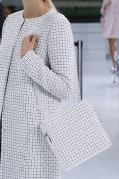 Chanel Spring 2016 Ready-to-Wear Fashion Show Details: See detail photos for Chanel Spring 2016 Ready-to-Wear collection. Look 76 Paris Fashion Week, Fashion Show, Fashion Outfits, Primavera Chanel, Chanel Spring 2016, How To Have Style, Chanel Style Jacket, Vogue, Minimal Outfit