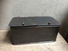Metalen box bak gruttersbak met deksels landelijk stoer industrieel bric-à-brac brocant vakkenbak