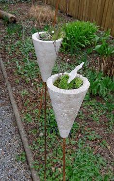 Deko aus Beton für den Garten. Gartenstecker aus Beton dekoriert mit Hauswurz und einem kleinen Filzhasen.