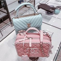 "31eb3525532c CHANEL fan Page on Instagram: ""@theblondmacaron 🔝💯👌🏻 ..... ⭐ …"" Chanel  Vanity CaseUnique PursesLuxeMy BagsPurses ..."