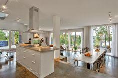 INSPIRÁCIÓK.HU Kreatív lakberendezési blog, dekoráció ötletek, lakberendező tanácsok: SZÉP HÁZAK SOROZAT - EGY ERDEI GYÖNGYSZEM Real Estate Ads, Doors And Floors, Dream House Interior, Cabins In The Woods, Concrete Floors, Home Fashion, Kitchen Interior, Interior Inspiration, Bungalow