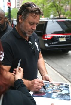 Russell Crowe Photos Photos: Russell Crowe Out And About In New York City Taika Waititi, Elsa Pataky, Isla Fisher, Russell Crowe, Poses For Pictures, T Shirt And Jeans, Chris Hemsworth, New York City, Actors