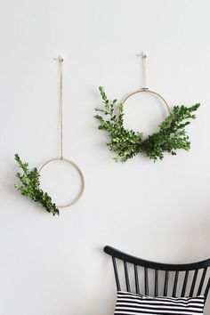 tutorial that shows you how to make your very own simple foliage wreathes to hang proudly on the wall or front door. What You'll Need An embroidery hoop (or Foliage Secateurs to trim foliage Green Florist Tape Fishing line Yarn to hang Read Diy Wall Art, Diy Wall Decor, Diy Home Decor, Art Decor, Green Wall Decor, Plant Wall Decor, Creative Wall Decor, Diy Wand, Decoration Plante