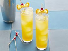 Cocktails are the staple to any great Super Bowl party. Learn how to make the best cocktails from the chefs on Food Network.