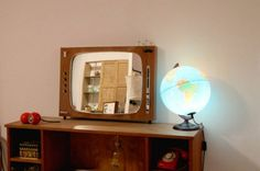 Recycled TV into Mirrors | Recyclart http://www.recyclart.org/2014/08/recycled-tv-mirrors/?utm_source=wysija&utm_medium=email&utm_campaign=Recyclart+Weekly+Newsletter