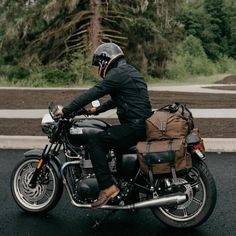Pic/Bag from / Pack Animal . Triumph Bonneville, Triumph Scrambler, Triumph Motorcycles, Motorcycle Camping, Cafe Racer Motorcycle, Motorcycle Design, Motorcycle Style, Nkd Cafe Racer, Cafe Racer Style