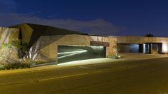 Moderna, vanguardista y contemporánea, esta obra de arte de 1100 m², creada por el estudio de arquitectos Meulen, fue construida en la parte inferior de una reserva natural en Bedfordview, Johannesburgo, Sudáfrica.Iluminada por horizonte de Johannesburgo, la casa fue diseñada para que sus espacios pueden disfrutar tanto en exterior como en el interior. Para ello se crearon maravillosas estancias.Con un diseño único y perfecto, la vivienda acoge lugares elegantes y eclécticos donde los…