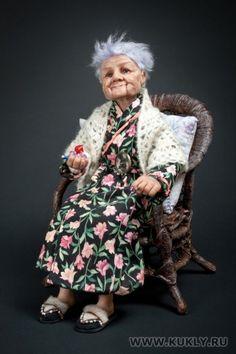 Название: «Бабушка Яна» Автор: Елизавета Меньшова Размер: 30 см Материал: Ливинг долл Аксессуары: кресло, подушка Единственный экземпляр 2010 Фото: Михаил Миронов Dollhouse Dolls, Miniature Dolls, Baby Doll Furniture, Dolls House Figures, Polymer Clay Figures, Tiny Dolls, Bear Art, Vintage Dolls, Old Women