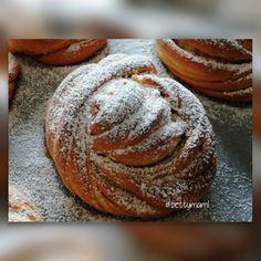 Fahéjas csomó | Betty hobbi konyhája Hamburger, Bakery, Food And Drink, Sweets, Bread, Pizza, Cooking, Bulgur, Kitchen