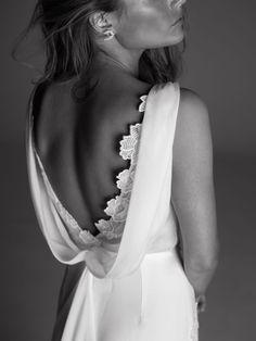 Louise de Rime Aroday, un décolleté dans le dos sexy et élégant.  Robe ajustée en crêpe et fleurs brodées main. Col bénitier et traine en mousseline de soie.