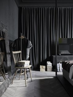 De magie van donkere muren in een klein appartement The magic of dark walls in a small apartment – Roomed Industrial Apartment, Industrial Interiors, Modern Industrial, Industrial Office, Vintage Industrial, Industrial Design, Ikea Industrial, Industrial Closet, Industrial Bookshelf