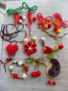 мартеница от вълна Christmas Crafts For Kids, Easter Crafts, Christmas Ornaments, Yarn Crafts, Diy And Crafts, Arts And Crafts, Needle Felting Tutorials, Felt Brooch, Wool Felt