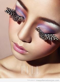 Maquillaje de ojos con alas de mariposa pegadas en las pestañas