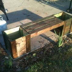 Planter bench made from pallets - http://dunway.info/pallets/index.html