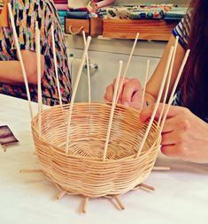 Paper Doll Costume, Paper Dolls, Creative Food Art, Basket Decoration, Barbacoa, Basket Weaving, Quilling, Crafts, Handmade