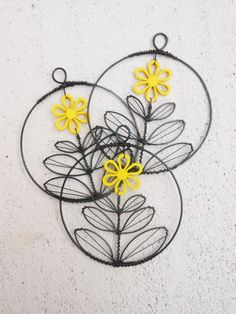 Dřevěná květinka v kolečku - žlutá Kolečkoje vyrobeno z černého žíhaného drátu, které je dozdobeno dřevěnou květinou . Průměr kolečkaje cca 8cm. Lze jej zavěsit kamkoliv... Drát je ošetřen proti korozi, ale ve vyšší vlhkostí může chytit patinu. Cena za kus.