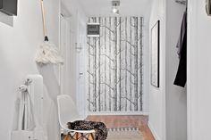 En snygg tapet från Cole & Son ger en fin kontrast Love that wallpaper!