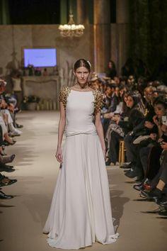 1ª Pasarela Bodabook Sí, Quiero Sole Alonso Vestido de crep de seda, talle a la cadera con aplicaciones de flores doradas en los hombros.