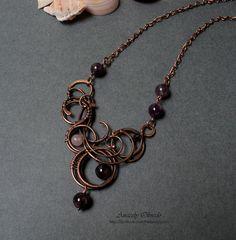 Collar de Cobre, Amatistas, Jade y Cristal Wire Jewelry Designs, Jewelry Design Earrings, Metal Jewelry, Wire Jewellery, Wire Necklace, Wire Wrapped Necklace, Wire Wrapped Pendant, Homemade Necklaces, Natural Stone Jewelry