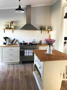 Country kitchen with island: come and see this beautiful australian farmhouse - the full home tour is available here on www.lovetohome.co.uk - Photo credit from Shelle @thebargainfarmhouse
