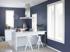 Kompozycja z palety błękitów i metalicznej szarości z dodatkiem bieli tworzy przestrzeń, w której możesz się zanurzyć. Zasmakuj w orzeźwiających zestawieniach i w pełni korzystaj z naturalnej przyjemności, czerpanej z bezpretensjonalnego stylu. / Tikkurila Color Now - paleta FRESH (błękity i fiolety)