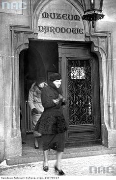 W 1937 r., w trakcie swojej podróży poślubnej po Polsce, Sukiennice odwiedziła  Holenderska następczyni tronu -  księżniczka Juliana.
