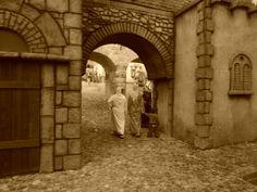 Entrada al Belén expuesto en Melilla en la Navidad de 2014. En primer término, dos mujeres con el traje tradicional rifeño.