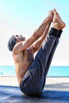 Namaste: 30 Hot Guys Doing Yoga Who Will Transport You to Total Bliss Is it getting hot in here, or is it just these ridiculously ripped yogis? If these hot shirtless yogis don't get you motivated to roll out your yoga mat, we're not quite sure what will. Yoga Poses For Men, Yoga For Men, Yoga Fitness, Free Fitness, Pilates, Esprit Yoga, Photo Yoga, Mat Yoga, Power Yoga