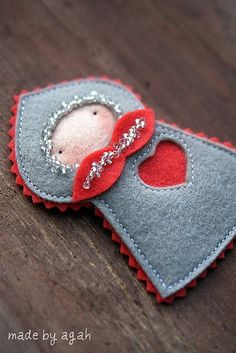 love this little pin, would make a wonderful tree decoration.
