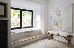 Salle de bains ou le style rustique et le minimalisme moderne se mélangent