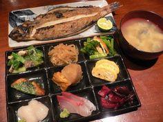 Line up early to have Makanai Teishoku at Budohya ~ the best lunch deal for only 1,000yen!  3-10-7 Shinbashi, Minato-ku, Tokyo