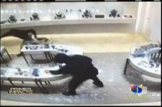 Violentos ladrones con pistolas en mano asaltan joyeria en Texas cargando con un millón de dólares en joyas