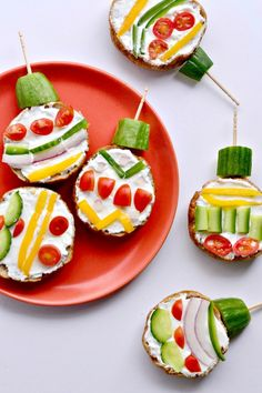 Turn breakfast into DIY edible decorations with these Mini Bagel Christmas Ornaments Holiday Snacks, Christmas Snacks, Xmas Food, Christmas Breakfast, Christmas Appetizers, Christmas Goodies, Holiday Recipes, Christmas Ornaments, Christmas Balls