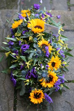 Sunflower coffin top www.thestockbridgeflowercompany.co.uk Dad Funeral Flowers, Grave Flowers, Cemetery Flowers, Funeral Floral Arrangements, Flower Arrangements, Remembrance Flowers, Alter Flowers, Memorial Day Decorations, Funeral Sprays