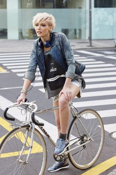 Who tf is this gorgeous fixie chick? Urban Cycling, Urban Bike, Cycle Chic, Commuter Cycling, Urban Lifestyle, Triathlon, Foto Picture, Velo Vintage, Female Cyclist