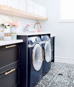 What are your plans this weekend? Chores are on my list, and they would be much more fun if I had a pretty place like this gorgeous laundry room by @thecuratedhouse to do them in! . #homedecor #house...