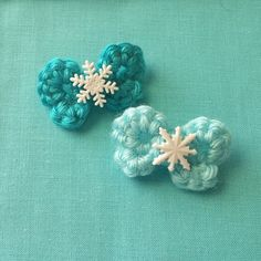 Frozen Inspired Snowflake Bitty Bows Crochet Hair Clip by Crochet Hair Clips, Crochet Bows, Crochet Hair Styles, Crochet Crafts, Crochet Yarn, Crochet Projects, Fundraising Crafts, Frozen Crochet, Crochet Hair Accessories