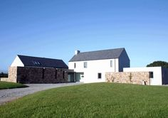 RIAI Public Choice Award - Liston Architecture - Irish Home Magazine Farmhouse Architecture, Vernacular Architecture, Modern Farmhouse Exterior, Split Level House Plans, House Plans South Africa, Rural House, Farmhouse Renovation, Courtyard House, English House
