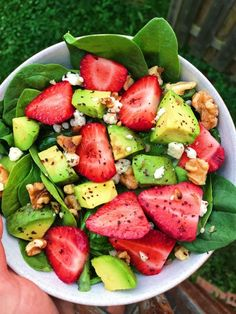 Avocado Strawberry Spinach Salad – The Dish On Healthy Avocado-Erdbeer-Spinat-Salat – der Teller auf gesundem Healthy Meal Prep, Healthy Salads, Healthy Dinner Recipes, Healthy Drinks, Delicious Healthy Food, Vegan Food, Healthy Foods, Healthy Dinner For One, Vegetarian Recipes