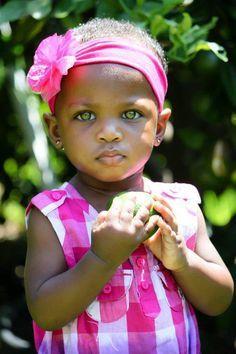 Fillette mulâtre aux yeux verts || Green eyes mulatto girl
