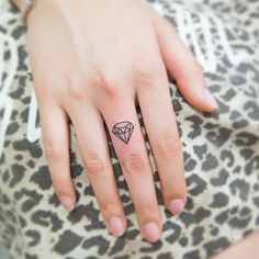 Lovely and provoking diamond tattoos - Small Tattoos rings aesthetic decorations Diamond Finger Tattoo, Small Diamond Tattoo, Diamond Tattoo Designs, Diamond Tattoos, Pin Up Tattoos, Mini Tattoos, Body Art Tattoos, Small Tattoos, Tattos