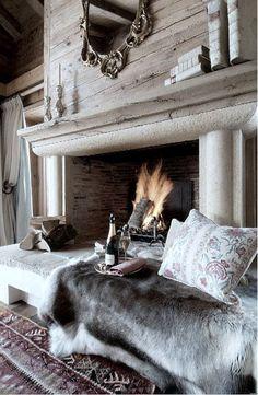 Luxuriöse Winterzeit. Gemütlich entspannen vor dem Kamin.