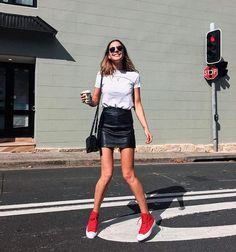 Ally May. Você também pode escolher o tênis como protagonista da produção em p&b. O visual fica ainda mais cool com a saia em couro.