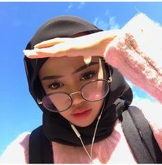 Ulzzang Hijabi 🌹👄 shared by زهاناية 💖💛💙 on We Heart It Hijabi Girl, Girl Hijab, Hijab Bride, Casual Hijab Outfit, Hijab Chic, Street Hijab Fashion, Muslim Fashion, Modest Fashion, Modest Dresses