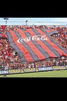 Coca Cola patrocina a la Liga y se despliega la camisa rojinegra en la graderia de sol del estadio.