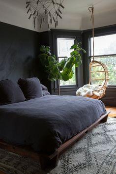 dormitorios modernos, dormitorio acogedor en colores oscuros, plantas decorativas, silla colgante de mimbre #plantasdecorativas