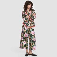 Pantalón midi alto estándar con corte pierna holgada. Fabricado en mezcla de algodón, este pantalón tiene un estampado floral con corte amplio.